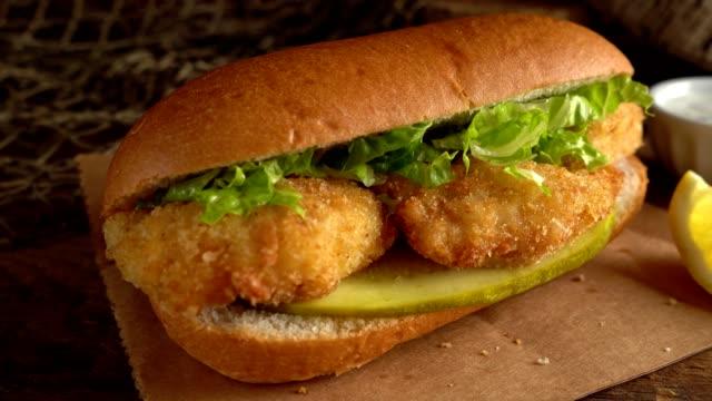 vidéos et rushes de sandwich au poisson sous-marin - aliment frit