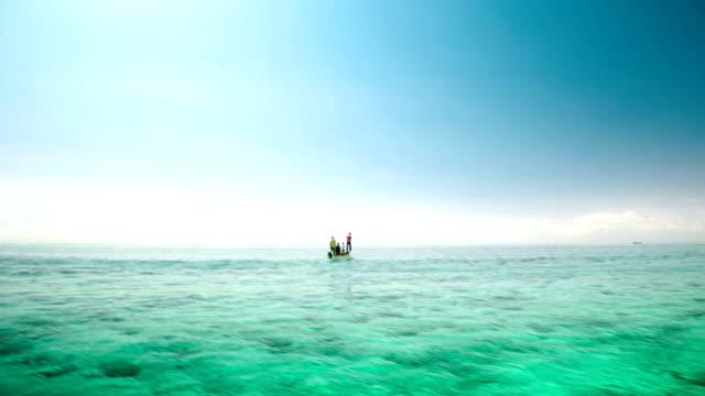 fisher barca a vela nel mare di mauritius - isole mauritius video stock e b–roll