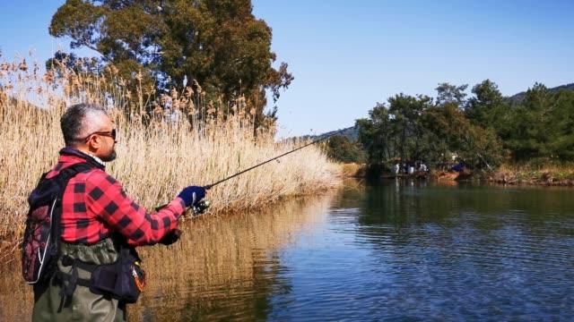 久太郎ヌの川で漁師。 - 漁師 外人点の映像素材/bロール