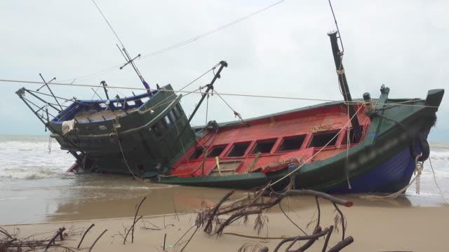 fiskaren båt på grund i thailand - kapsejsa bildbanksvideor och videomaterial från bakom kulisserna