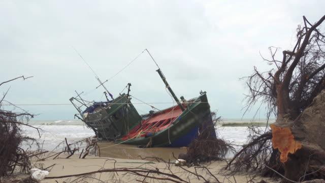рыбацкие лодки мель в таиланде - кораблекрушение стоковые видео и кадры b-roll