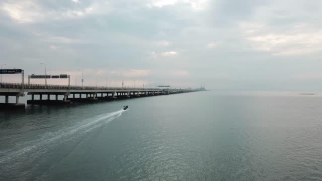 vidéos et rushes de bateau de pêcheur se déplacer vers le pont de penang. - couleur saturée