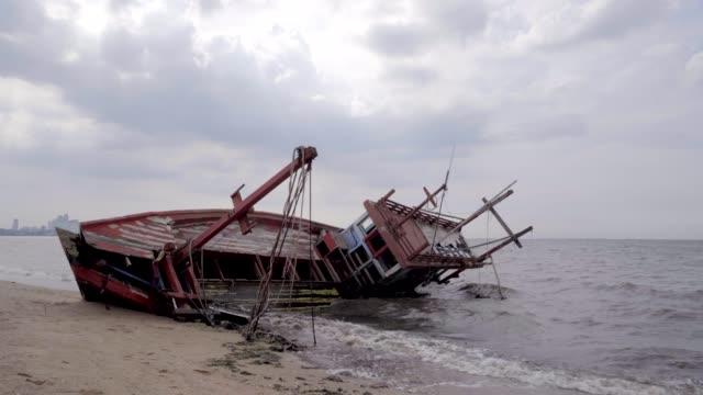 fisherman boat shipwrecked in the sea laem chabang chon buri thailand - кораблекрушение стоковые видео и кадры b-roll