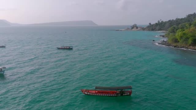 在柬埔寨榮島碼頭停車的漁民船 - 東南 個影片檔及 b 捲影像