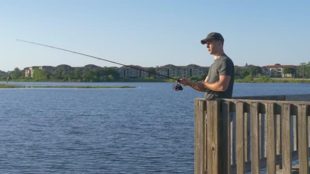 fiskare cast fiskespö i sjön eller floden vatten - meta bildbanksvideor och videomaterial från bakom kulisserna