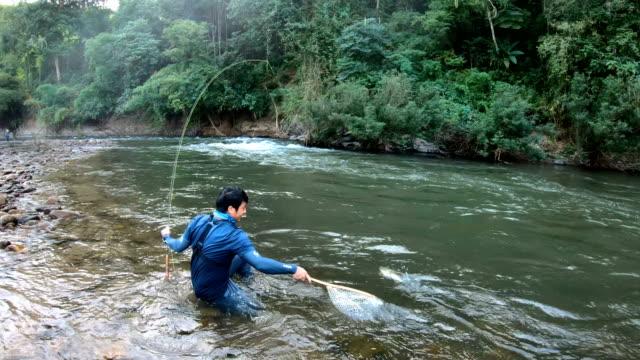fischer fangen fische vom fliegenfischen in thailand. - fang stock-videos und b-roll-filmmaterial