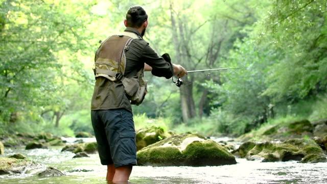 fiskare fånga fisk i floden - meta bildbanksvideor och videomaterial från bakom kulisserna