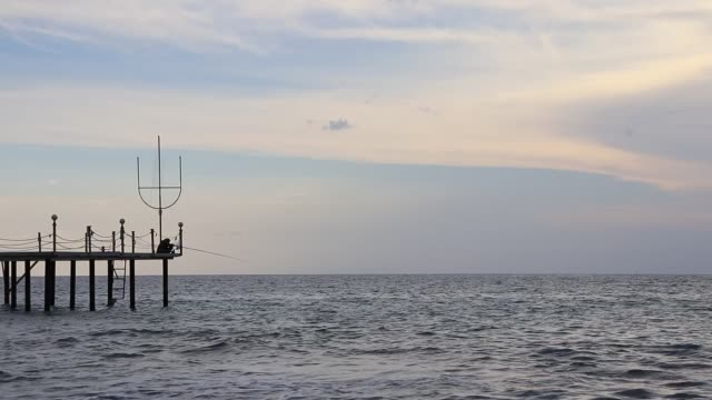 vídeos de stock e filmes b-roll de fisherman catching fish on the pier. alanya seascape. turkey. - fishman