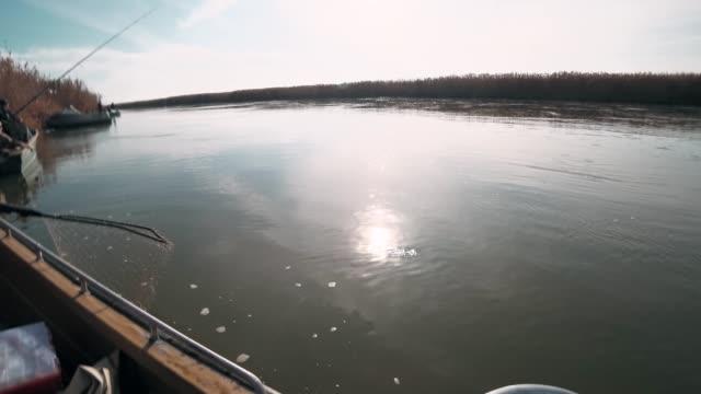 fiskare fångad på en snurrande rovska havskatt - meta bildbanksvideor och videomaterial från bakom kulisserna