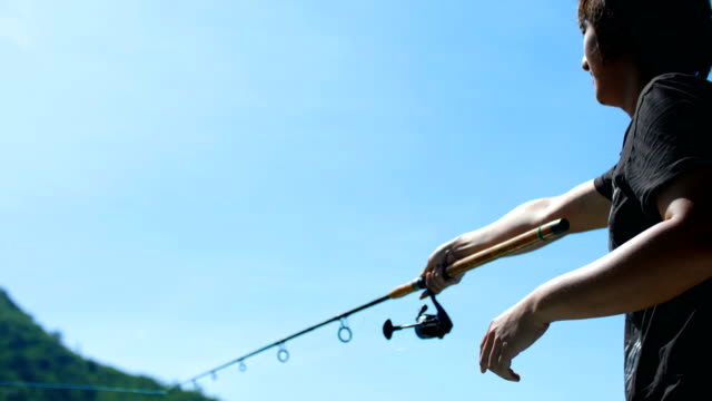 漁師は川で釣りをフライします。 - 釣りをする点の映像素材/bロール