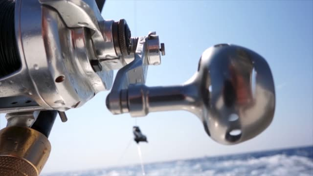 fischer hände drehen spinning reel stock video - angelrolle stock-videos und b-roll-filmmaterial