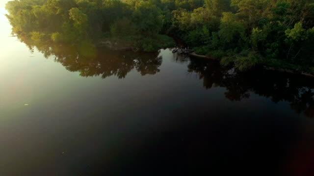 vidéos et rushes de pêcheur sur le bateau sur l'antenne de sunrise - roseau plante herbacée