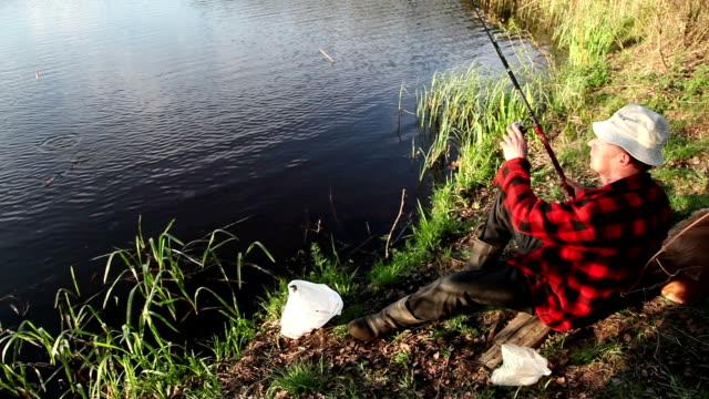 水から魚を引き漁師 - 漁師 外人点の映像素材/bロール