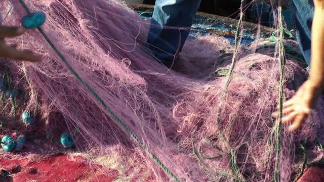 fischer repariert fischnetz angelschnüre - netzgewebe stock-videos und b-roll-filmmaterial