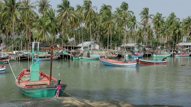 fisherman village - flod vatten brygga bildbanksvideor och videomaterial från bakom kulisserna