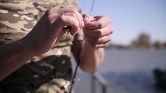pescatore con canna e attrezzatura da pesca - acqua dolce video stock e b–roll