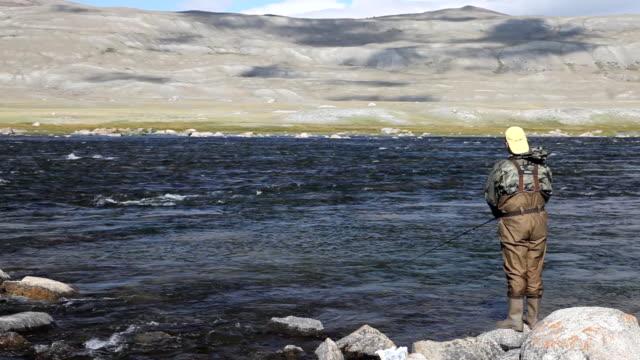 漁師スピニングサイクル付きの魚山川でのミーティング - アルタイ自然保護区点の映像素材/bロール