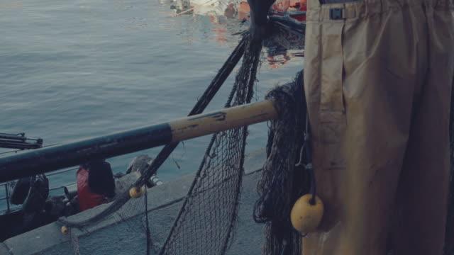 fischer bei der arbeit, damit fischernetze zu trocken - netzgewebe stock-videos und b-roll-filmmaterial
