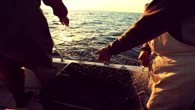 rybaków w pracy, wycofując nets - rybak filmów i materiałów b-roll