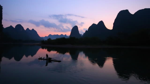 fischern, die am morgen, li-fluss, yangshuo, guilin, guangxi, china - guilin stock-videos und b-roll-filmmaterial