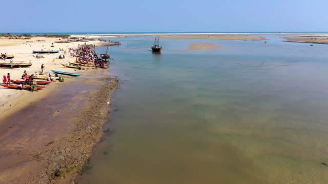 fiskare landar sin fångst och förbereder sig för ytterligare fiske i 4k - morondava bildbanksvideor och videomaterial från bakom kulisserna