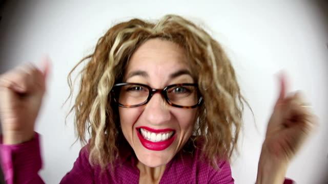 fisheye entusiasta donna - sorriso aperto video stock e b–roll