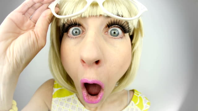 fisheye 충격된 60 년대 스타일의 여자 - surprise 스톡 비디오 및 b-롤 화면