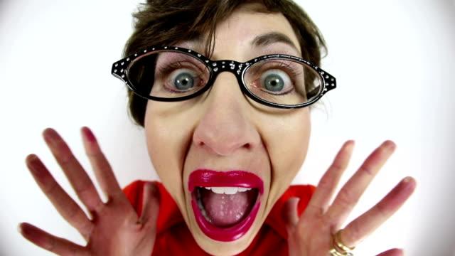 fisheye 놀된 못 난 여자 - surprise 스톡 비디오 및 b-롤 화면