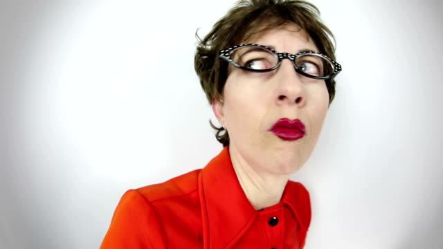 vídeos y material grabado en eventos de stock de ojo de pez video mujer geek sospechosa - dedo sobre labios