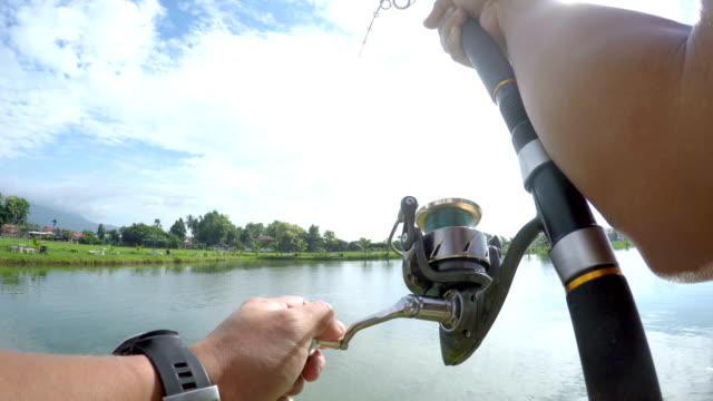 4k pov fischerei große fische im see. - angelhaken stock-videos und b-roll-filmmaterial