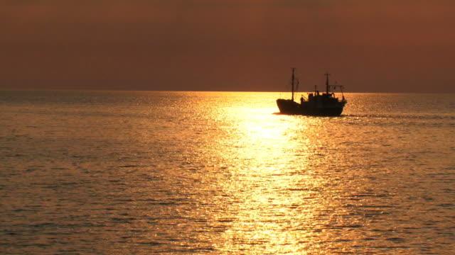 fishing boat at  golden  sunset - fiskebåt bildbanksvideor och videomaterial från bakom kulisserna