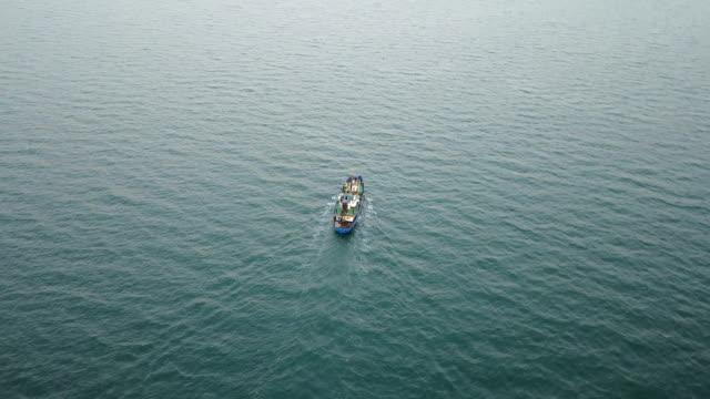fiskebåt i havet. flygfotografering - skrov bildbanksvideor och videomaterial från bakom kulisserna