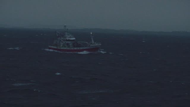 fiskebåt som seglar natt ocean - fiskebåt bildbanksvideor och videomaterial från bakom kulisserna