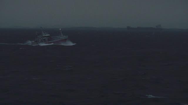 fiskebåt som seglar natt ocean - segelfartyg bildbanksvideor och videomaterial från bakom kulisserna