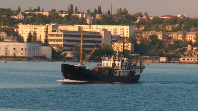 fishing boat - kameraåkning på räls bildbanksvideor och videomaterial från bakom kulisserna