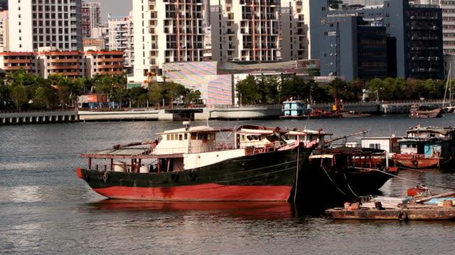・ ピアに停泊している漁船シェコウ深セン漁師ポート; - 広東省点の映像素材/bロール