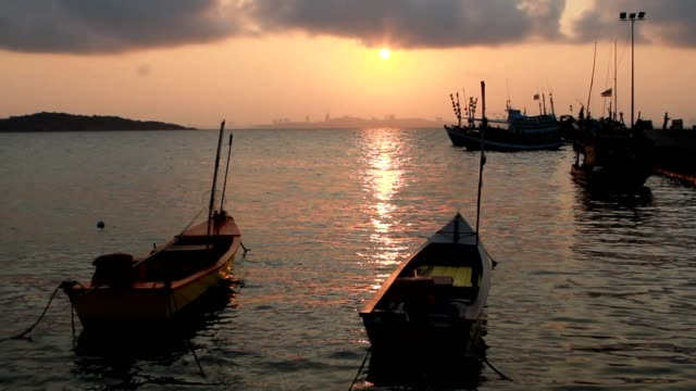 vídeos y material grabado en eventos de stock de barcos de pesca anclan en puerto lan koh en la salida del sol, tailandia - anclado