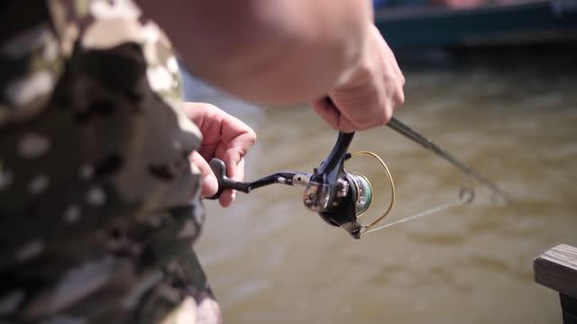 bobina canna da pesca, pesca sulla riva - acqua dolce video stock e b–roll