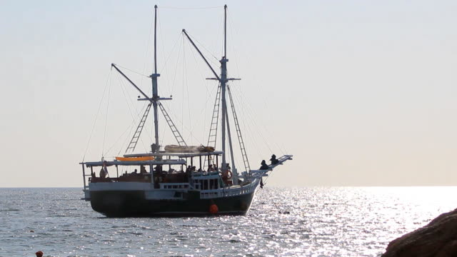 stockvideo's en b-roll-footage met fishing trawler vaart in open zee - den haag
