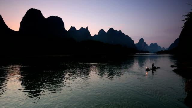 fishman in lijiang-fluss - provinz guangxi stock-videos und b-roll-filmmaterial