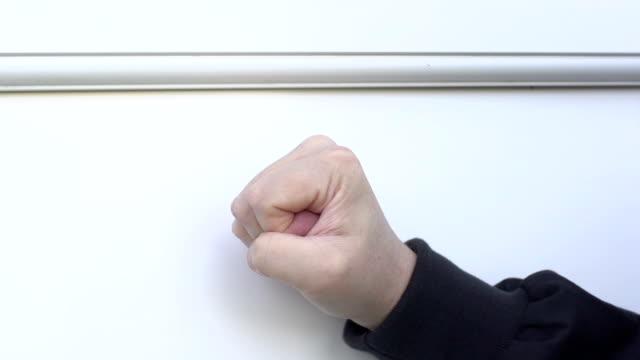 vídeos de stock e filmes b-roll de punho branco batem à porta da frente-super câmara lenta - door knock