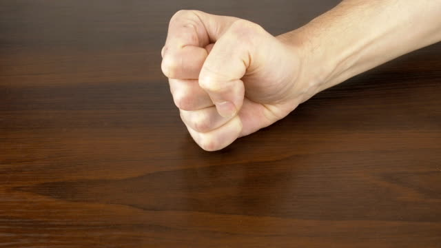 vídeos de stock e filmes b-roll de fist on the table. - dar murros