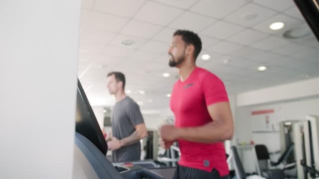 Fit en gerichte mid volwassen mannen met behulp van loopbanden in Gym video