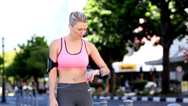 посадка blonde собираетесь на пробежку - спортивный бюстгальтер стоковые видео и кадры b-roll
