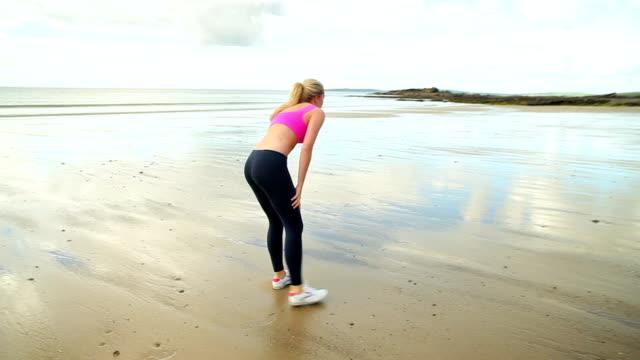 dopasowanie blonde działa na plaży - biustonosz sportowy filmów i materiałów b-roll