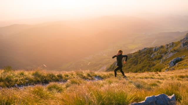 passar kvinnliga löpare träning utomhus - jogging hill bildbanksvideor och videomaterial från bakom kulisserna