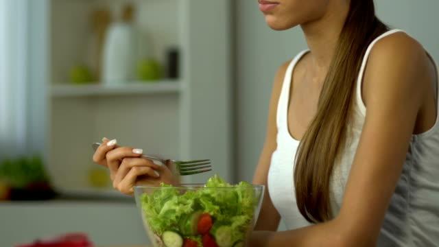 Fille manger salade au lieu de régime faible en glucides, vitamines, tarte, mode de vie sain - Vidéo