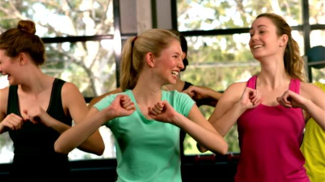 passar grupp hoppa och skratta i gym - gym skratt bildbanksvideor och videomaterial från bakom kulisserna