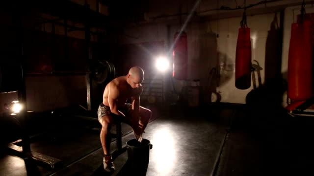 kreiden passen mann seine hände im fitness-center - kreide weiss stock-videos und b-roll-filmmaterial
