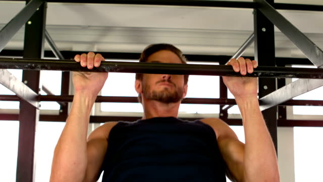 fit mann pull-ups macht im fitness-studio - ballettstange stock-videos und b-roll-filmmaterial
